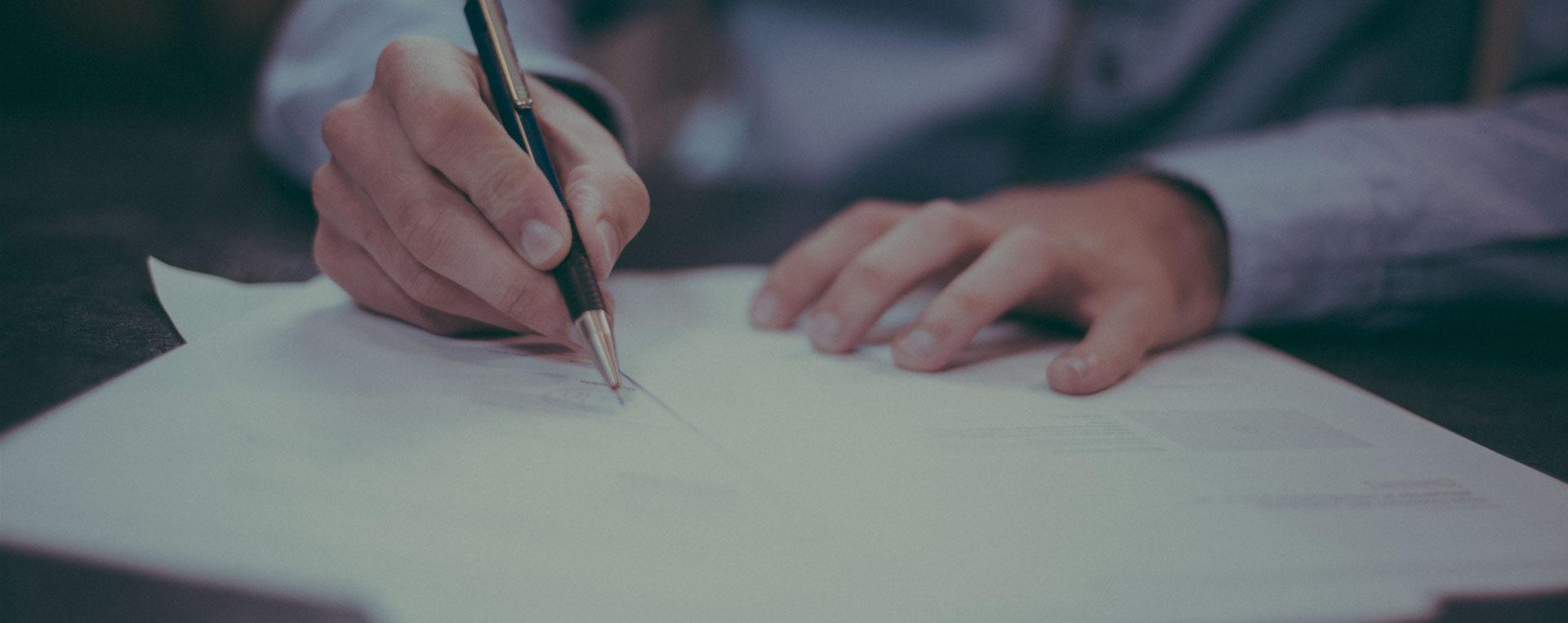 Firma de documentos en asesoría gestoría de Alicante